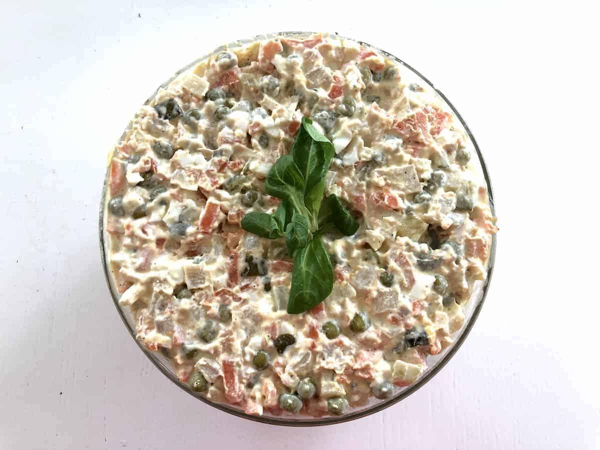 salatka jarzynowa in a bowl.