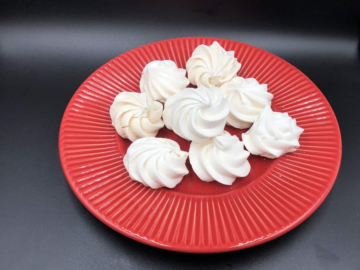 Polish beza meringues on a red plate.