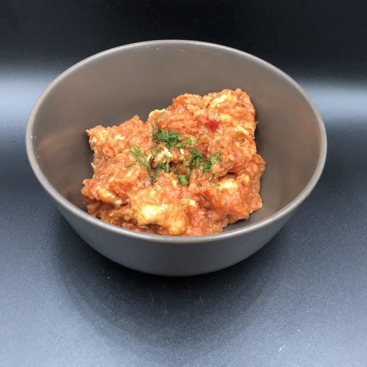 gulasz pomidorowy z kurczaka in a grey bowl.